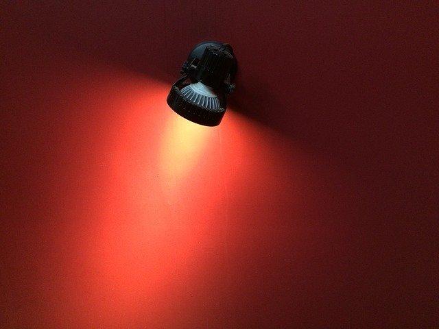 lampa na zdi
