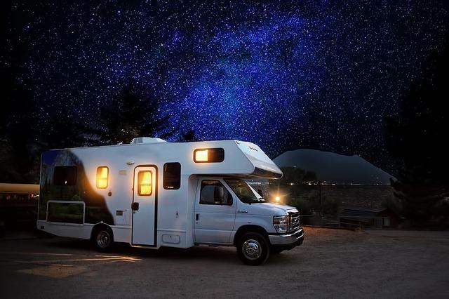 mobilní dům v noci