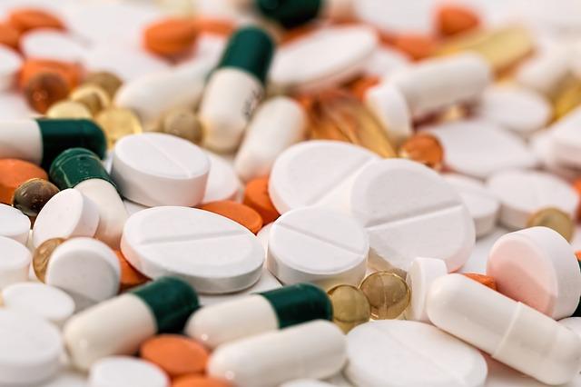 Prášky a léky na hromadě