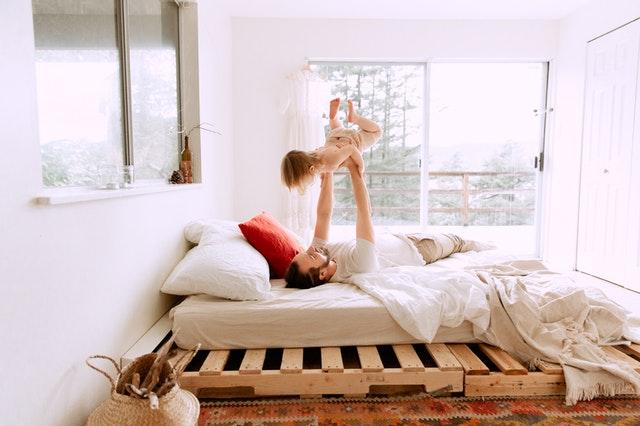 Dítě s tatínkem v posteli